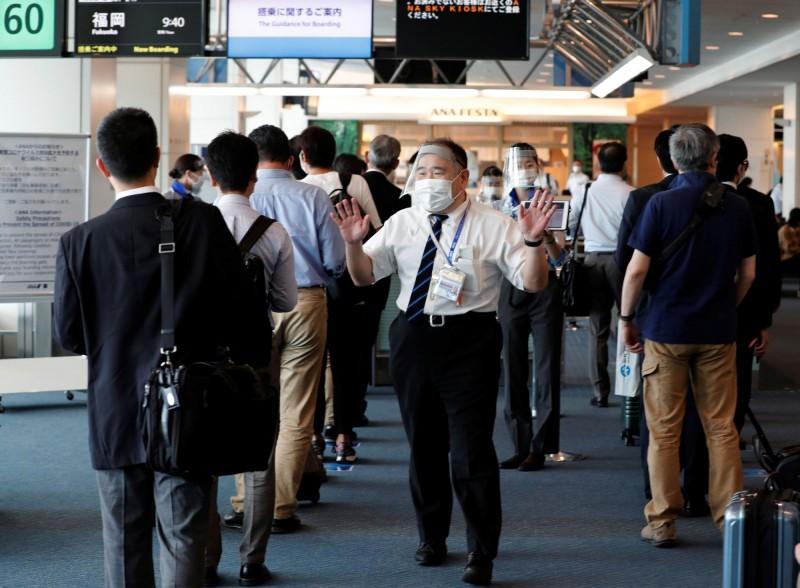 日媒報導指日本政府規劃第2波開放商務入境的國家,台灣、中國、南韓等10國入列。圖為日本機場。(路透)