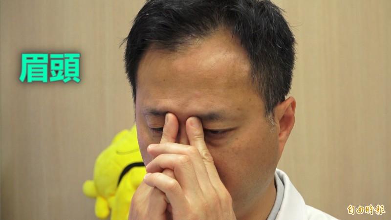 眼科醫師分享舒壓眼部按摩法。(記者楊劼恩攝)