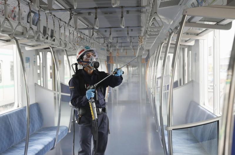 日本武漢肺炎)疫情再次從趨緩翻轉,截至日本時間今天(7月9日)下午5點05分,日本單日新增236人確診,其中東京都佔224人,累計共2萬649人確診,造成995人死亡。圖為東京的電車車廂在進行消毒。(美聯社)