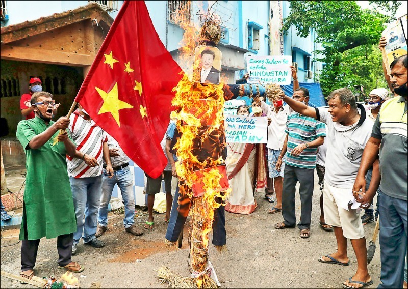 中印邊境紛爭不斷,上月更爆發爆發流血衝突,並有印度軍人死亡,印度西孟加拉邦首府加爾各答民眾焚燒中國國家主席習近平照片洩恨。(路透)
