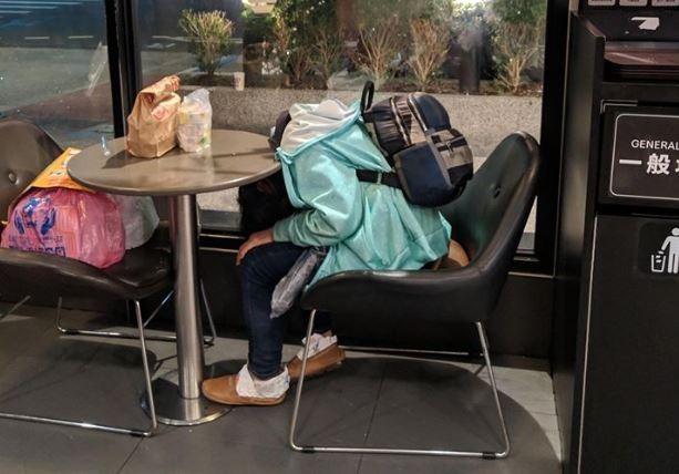 一名網友就在臉書上貼出自己在麥當勞遇到的驚恐瞬間,一名顧客坐在座位上,不過乍看之下竟然沒有頭,讓網友當下驚呆。(圖擷自爆廢公社公開版)
