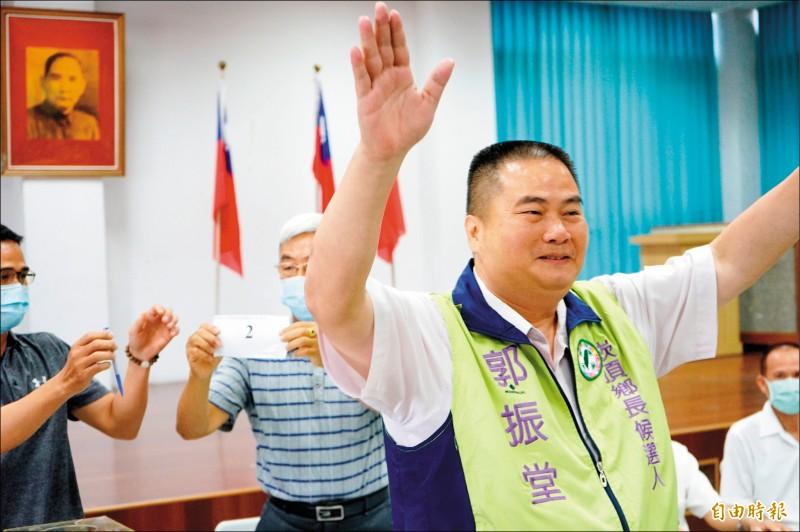 2號候選人郭振堂昨天前往關懷據點拜票。(記者陳彥廷攝)