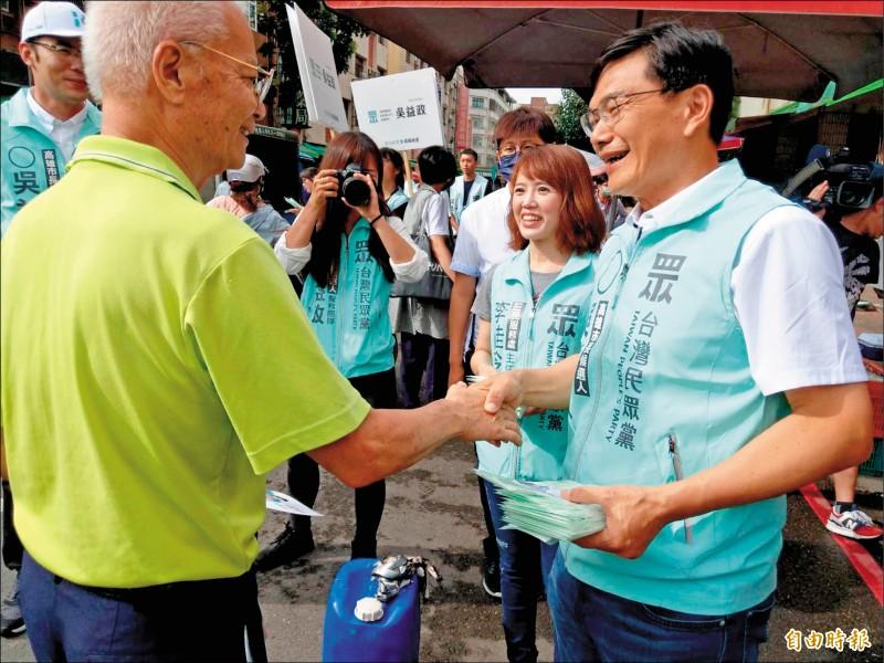 高雄市長補選民眾黨參選人吳益政昨到陽明市場拜票。(記者方志賢攝)