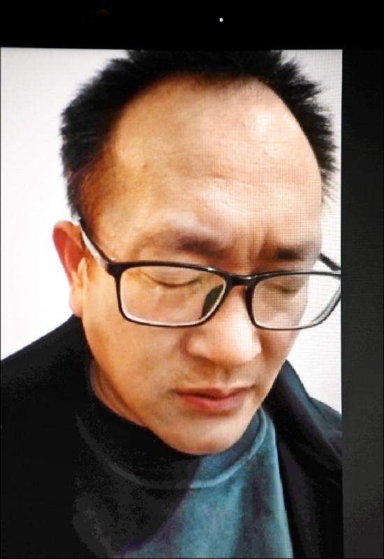 「七○九事件」受害律師王全璋今年四月在山東濟南住家,透過視訊發表談話。(法新社檔案照)