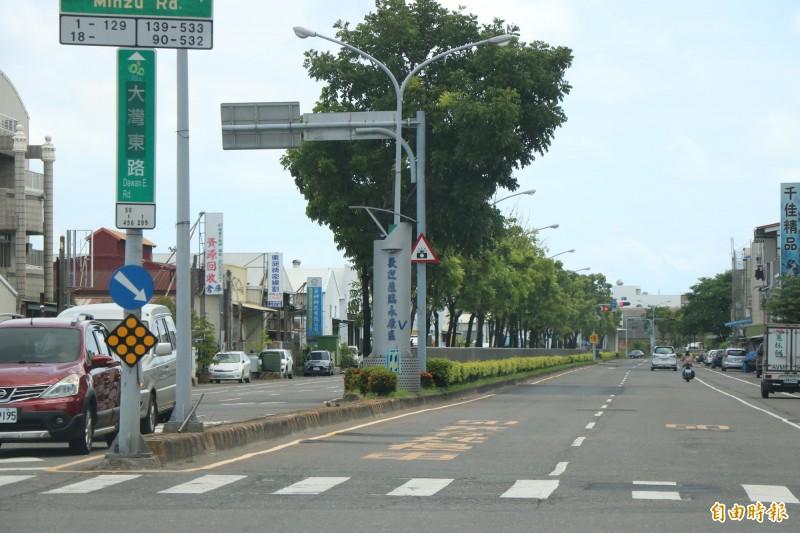 台南永康大灣東路6月中旬進行路平改善,因路段未見施工跡象,一度讓民眾誤以為工程延宕,工務局也澄清,下週一即將進行路面刨鋪,用路人要多注意。(記者萬于甄攝)