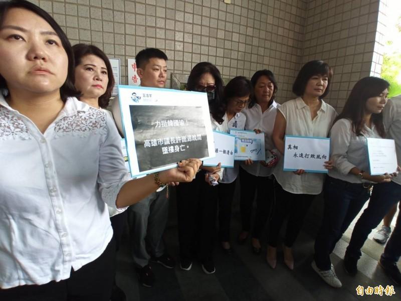 許崑源遺孀林絲娛今前往高雄地檢署提告台北市議員梁文傑等7人。(記者黃佳琳攝)