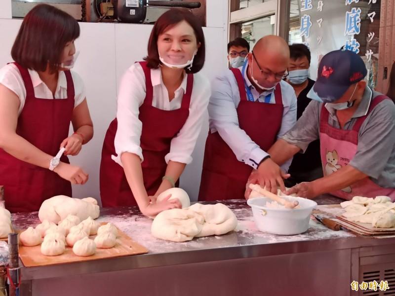 國民黨高雄市長候選人李眉蓁到知名早餐店學做饅頭。(記者黃佳琳攝)