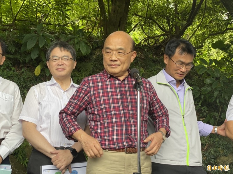 行政院長蘇貞昌今上午視察陽明山大屯山瀑布區步道。(記者楊心慧攝)