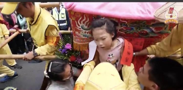 白沙屯媽祖為心臟病女童壓頂祈福10分鐘 惹哭一堆信徒