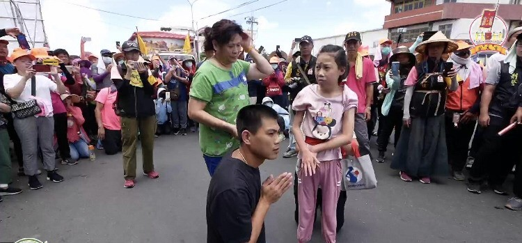 女童被媽祖鑾轎壓身近10分鐘。(記者顏宏駿翻攝自「拱天宮臉書直播網」)