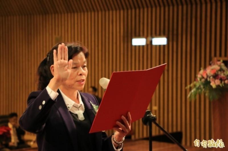 頭份市長羅雪珠,於市長任期內兼任公司負責人,被監察院彈劾,移送公務人員懲戒委員會審理;圖為羅雪珠宣誓就任。(資料照)