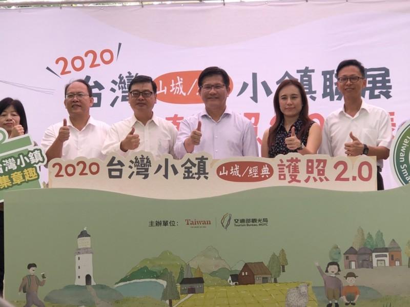 交通部長林佳龍(右三)、觀光局長張錫聰(左三),共同宣布小鎮漫遊護照2.0正式登場。(觀光局提供)