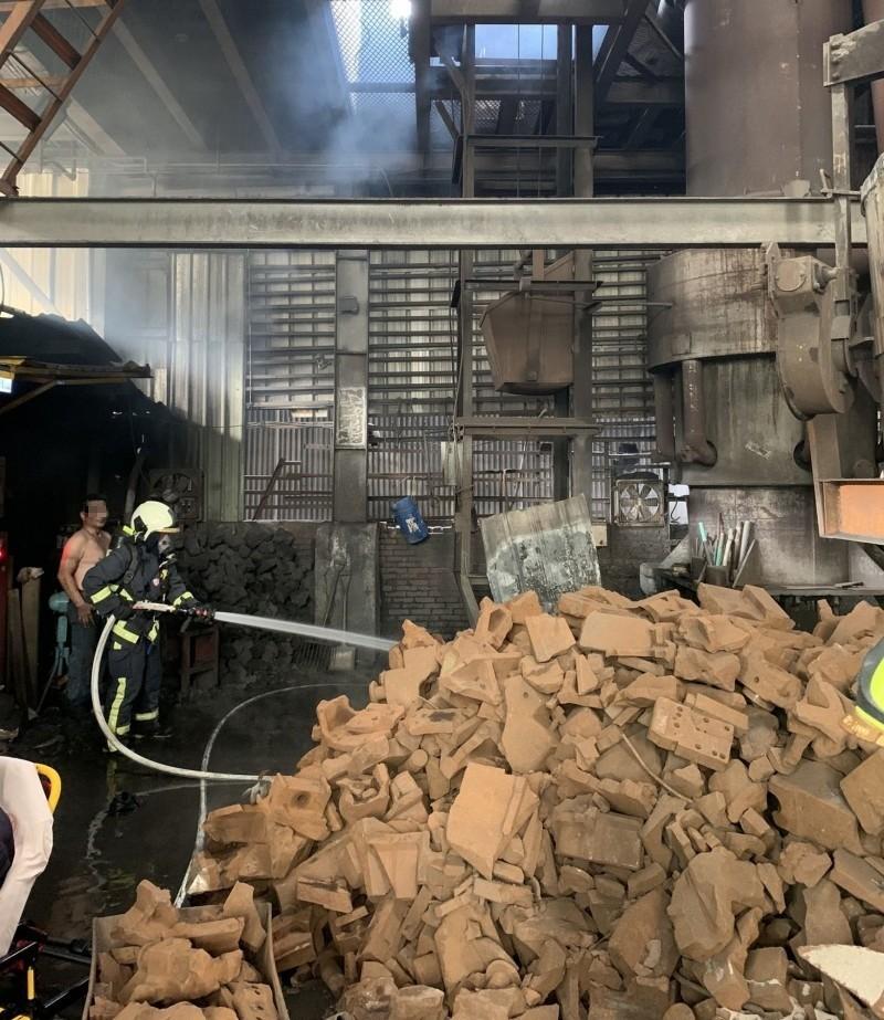 台中烏日一處工廠下午發生火警,消防人員獲報到場滅火。(記者陳建志翻攝)