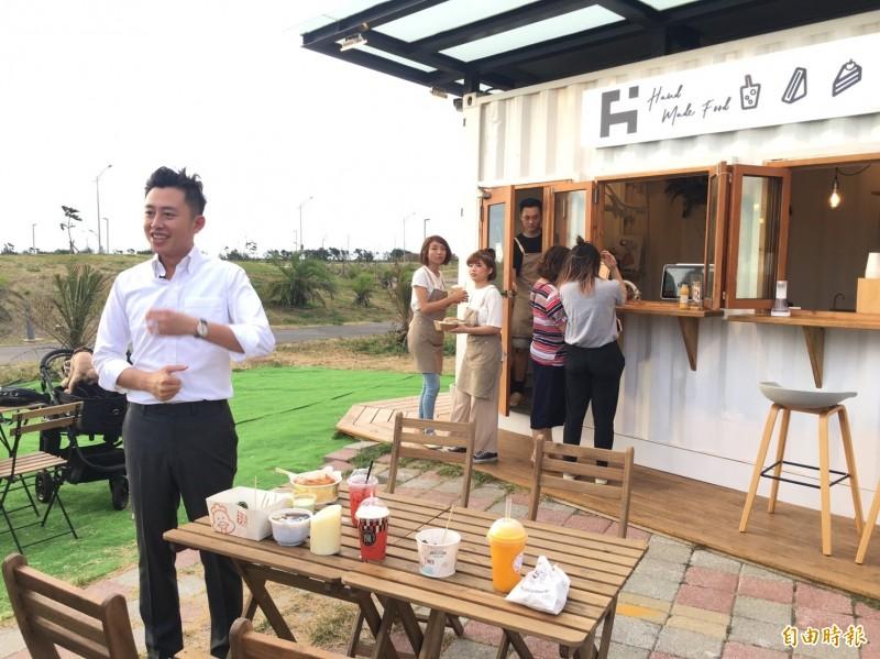 新竹漁港咖啡車強勢回歸!市長林智堅也到「貝殼市集」探訪美食。(記者蔡彰盛攝)