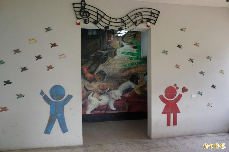 岡山區嘉興國中其他校舍近期整建完工的新廁所。(記者許麗娟攝)
