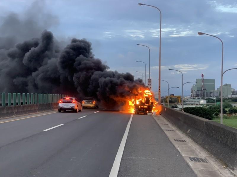 台61線北上35.4公里處發生火燒車事故。(記者鄭淑婷翻攝)