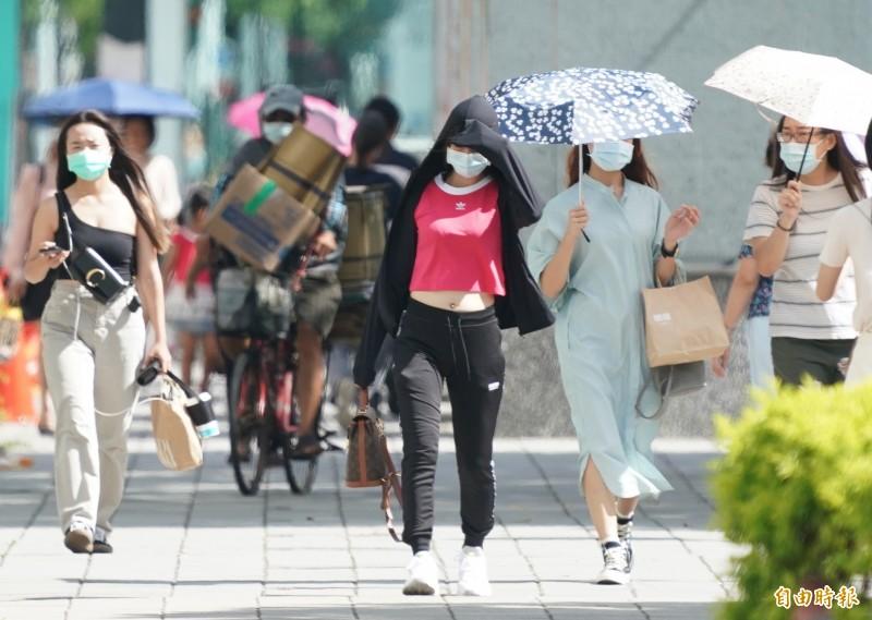 今日各地高溫炎熱,民眾外出宜做好防曬準備。(資料照)