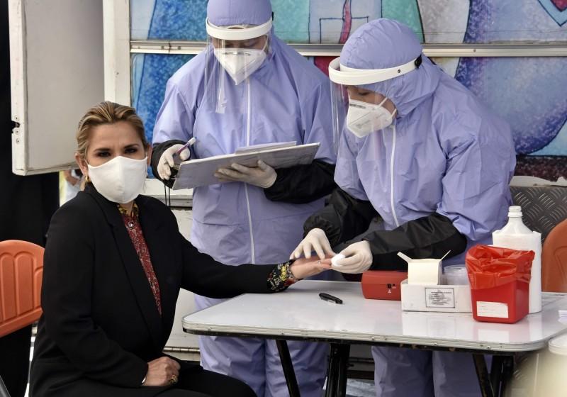 玻利維亞總統艾尼茲(Jeanine Anez,左)確診武漢肺炎(新型冠狀病毒病,COVID-19)。圖為艾尼茲抽血接受篩檢。(法新社)
