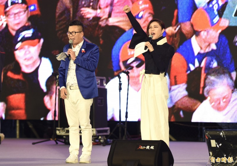 利菁(右)、沈玉琳(左)1月9日主持韓國瑜「台灣安全、人民有錢」凱道勝利晚會。(資料照)