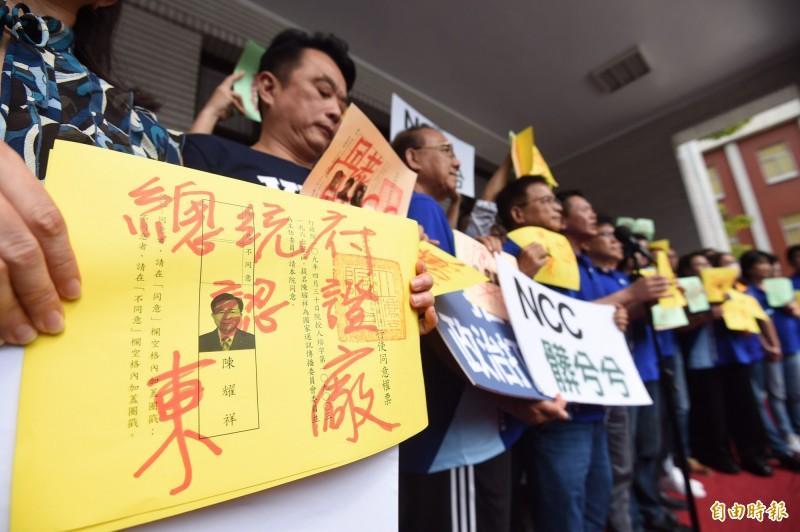 國民黨立委在選票上塗鴉,表明拒絕投票。(記者劉信德攝)