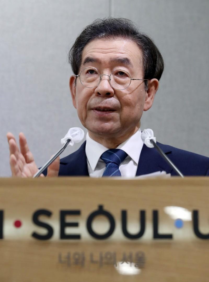 64歲的首爾市長朴元淳,在失蹤7個小時後,其遺體於南韓時間10日凌晨被尋獲。根據南韓最新消息,警方認為朴元淳沒有他殺嫌疑,將不會進行驗屍把遺體交給家屬。(路透)