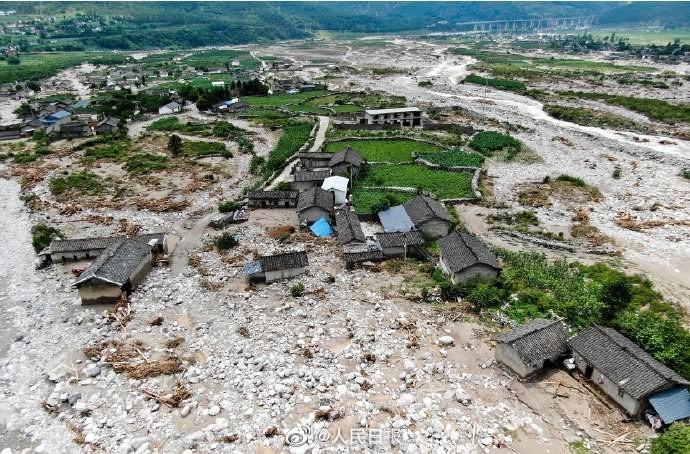 中國官媒《人民日報》統計,截至7月9日下午2時,洪澇災害造成湖北等27省(區、市)3020萬人次受災,140人死亡或失蹤、直接經濟損失617.9億元人民幣(約新台幣2600億元)。(圖擷取自《人民日報》臉書)