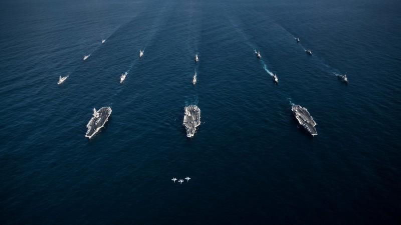 美軍派出2艘航空母艦前往南海進行演習。圖為美軍航空母艦雷根號、尼米茲號和羅斯福號。(路透資料照)