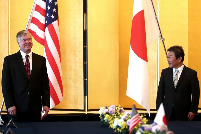 日本外務大臣茂木敏充(右)與美國副國務卿畢根(左)今日舉行會談,兩人討論北韓、中國等議題,並確認強化同盟關係。(美聯社)