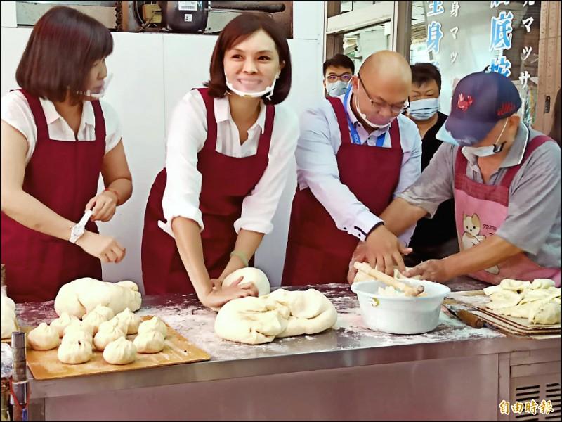 李眉蓁(左二)到知名早餐店學做饅頭,酸陳其邁愛哭。 (記者黃佳琳攝)