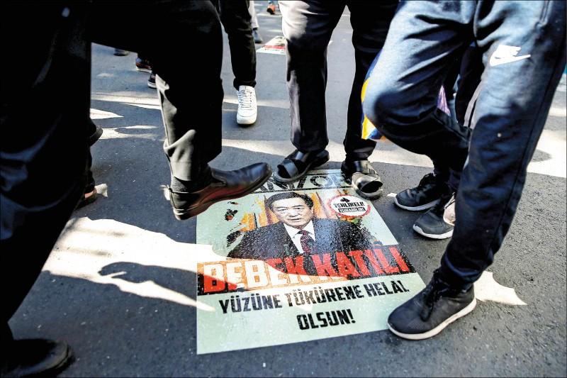 去年十月一日,維吾爾族示威者在土耳其伊斯坦堡的中國領事館前,踐踏中國共產黨新疆維吾爾自治區委員會書記陳全國肖像。(路透檔案照)