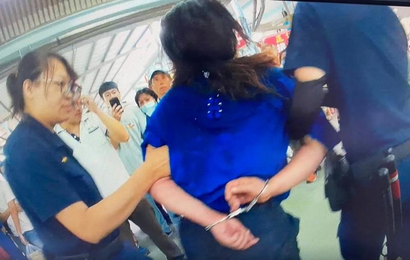 警方逮捕吳女移送法辦。(記者陳文嬋翻攝)