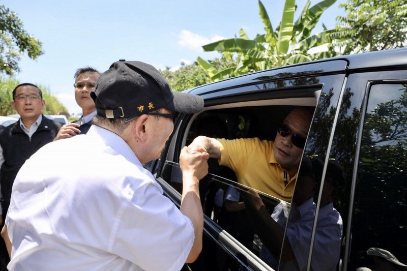 坐在車內的蘇貞昌搖下車窗與侯說話,離去時兩人更握手致意。(新北市新聞局提供)