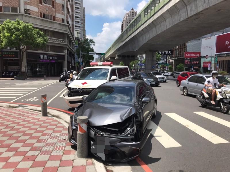 救護車與迴轉的自小客車相撞,兩車都是女駕駛,其中,救護車駕駛輕傷。(記者張瑞楨翻攝)