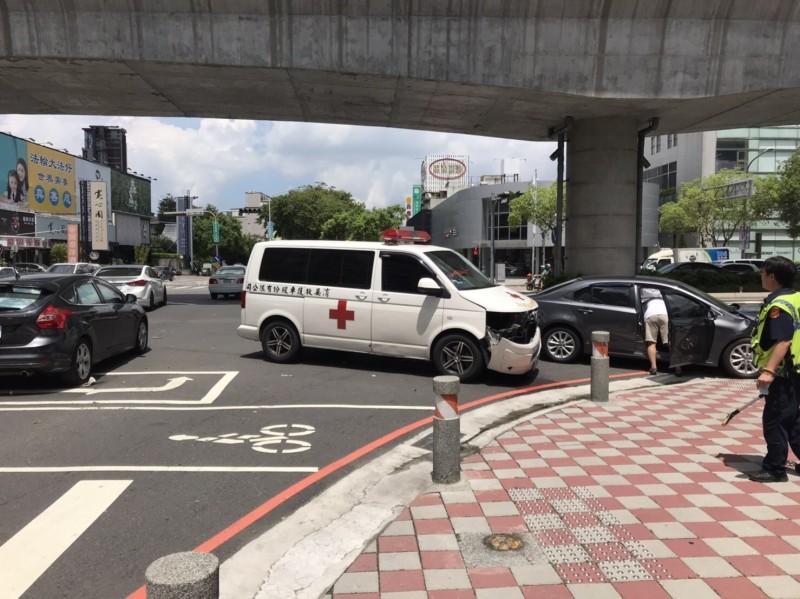 救護車車禍之後,老翁由另一救護車接駁送醫,但到院前已死亡。(記者張瑞楨翻攝)