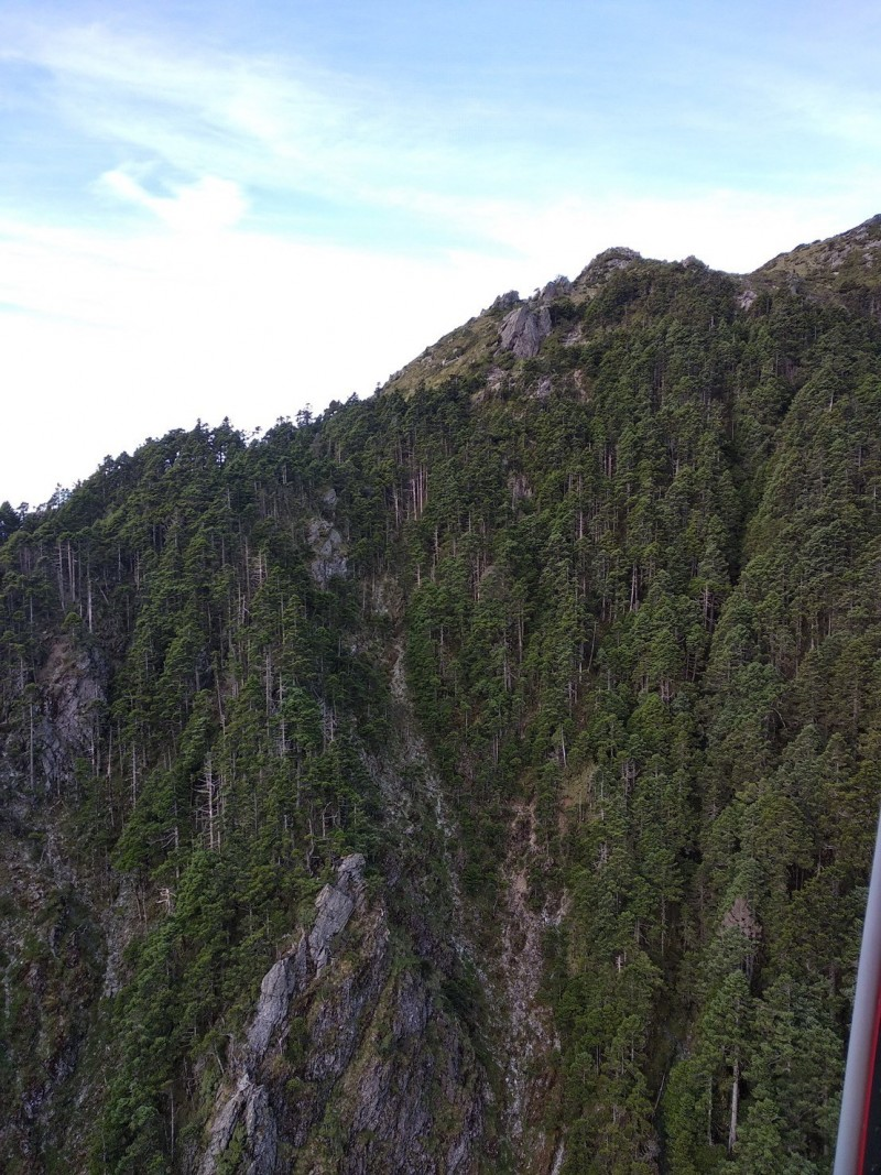 這片山壁幾近垂直,救援難度相當高。(記者黃明堂翻攝)