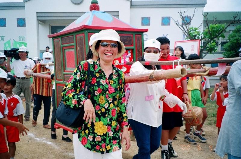 竹灣國小80周年慶,花轎曾亮相重演迎親盛況。(蔡國顯提供)