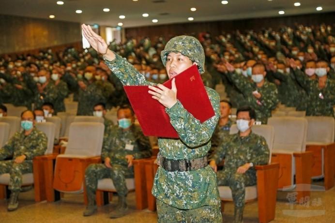 三軍九校入伍訓今開訓,由陸軍官校運動科學系林翎擔任宣誓代表。(圖:軍聞社提供)