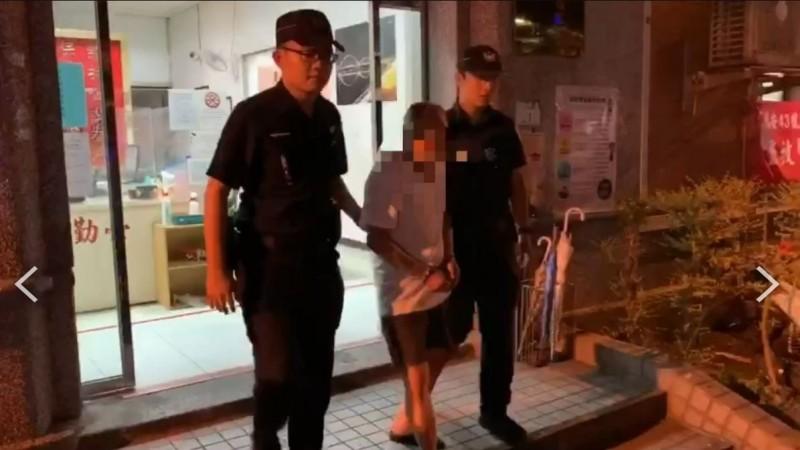 新莊警分局新莊派出所押解殺妻的張姓老翁。(記者吳仁捷翻攝)