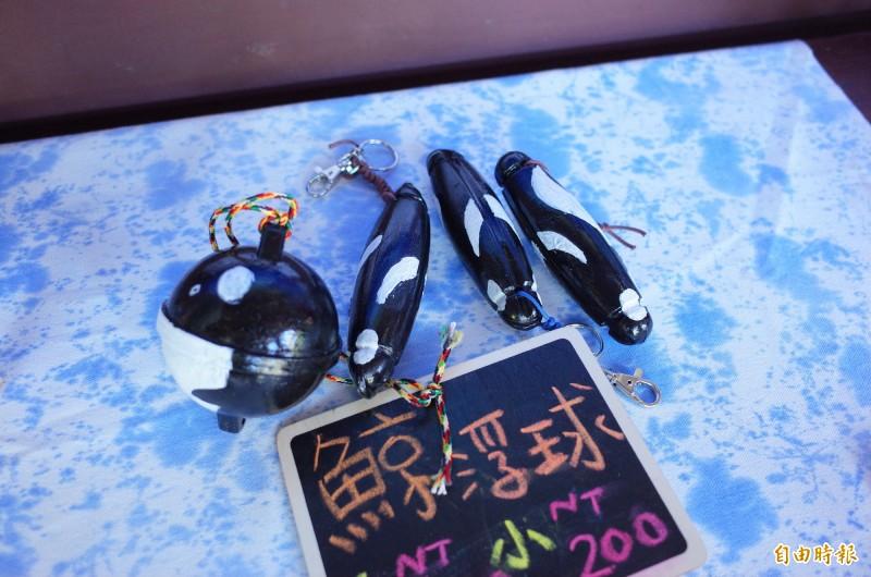 宜昌國小學生在台肥園區的「鯨過多羅滿文化館」擺攤,學生淨灘撿到的塑膠浮球,洗乾淨彩繪上色變成黑白雙色的殺人鯨浮球飾品、鑰匙圈。(記者花孟璟攝)