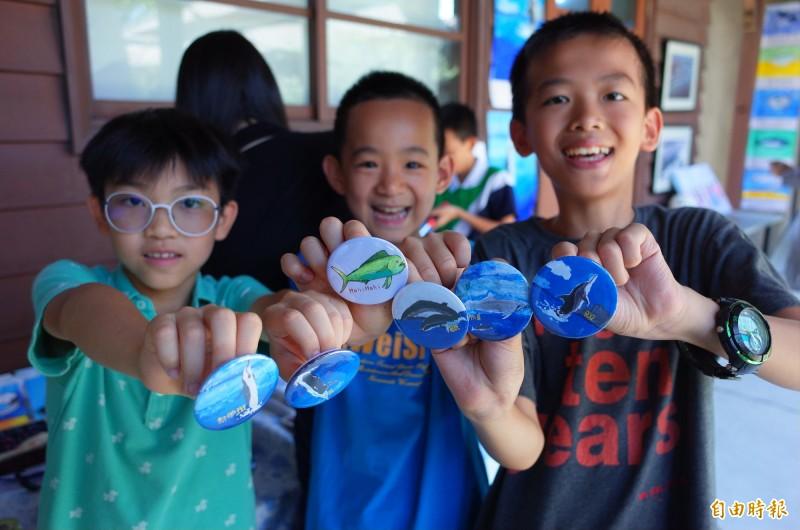 宜昌國小小朋友用手繪的鯨豚魚類繪畫做成的藝術品,希望讓更多遊客認識到保護海洋環境的重要。(記者花孟璟攝)