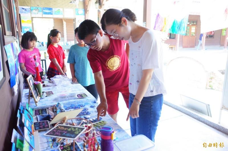 宜昌國小學生擺攤海洋市集,學生練習怎麼向遊客介紹自己的理念。(記者花孟璟攝)