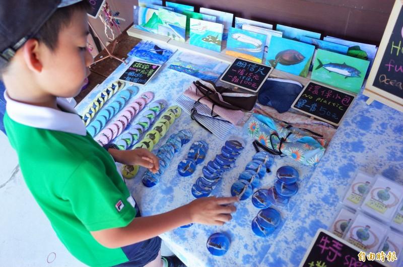 宜昌國小學生擺攤海洋市集,滿滿的創意小物也傳達孩子愛海的心意。(記者花孟璟攝)