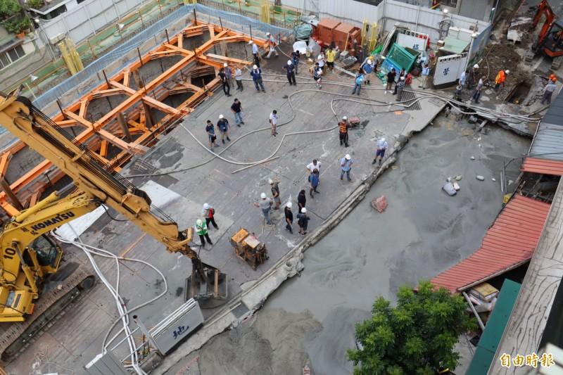 文化路113巷工地(左)施工,造成巷道(右)坍塌,工務單位緊急以水泥回填。(記者翁聿煌攝)