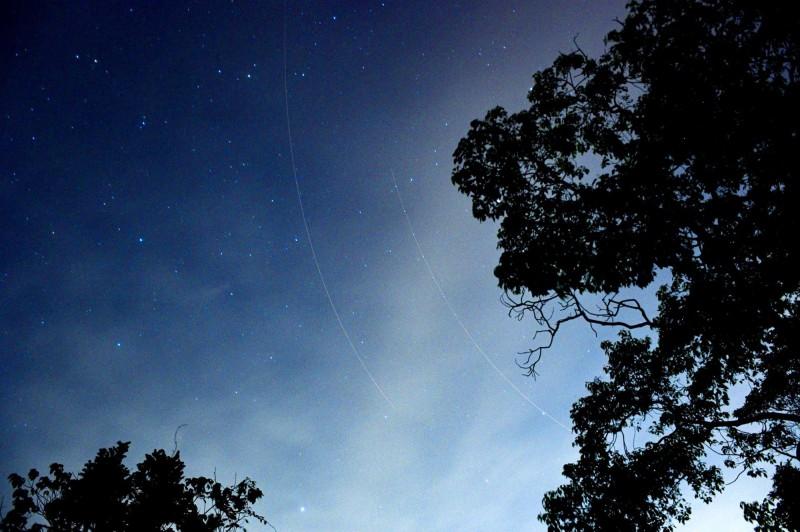 埔里鎮攝影玩家陳琪元拍銀河星空,意外地拍到戰鬥機飛過的兩道光軌。(陳琪元提供)