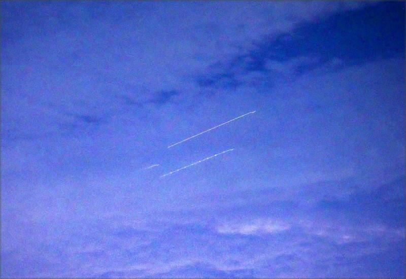 陳琪元拍到的戰鬥機光軌,猶如兩道亮點白線劃過天際。(陳琪元提供)