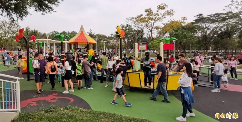 衛武營都會公園共融遊戲場受歡迎。(記者陳文嬋攝)