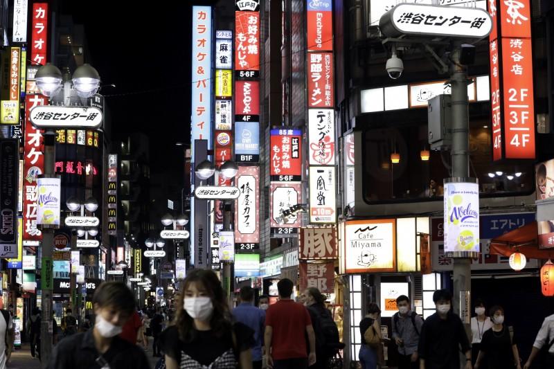 東京單日新增206例確診,已連續3日超過200例。圖為東京澀谷街頭。(彭博)