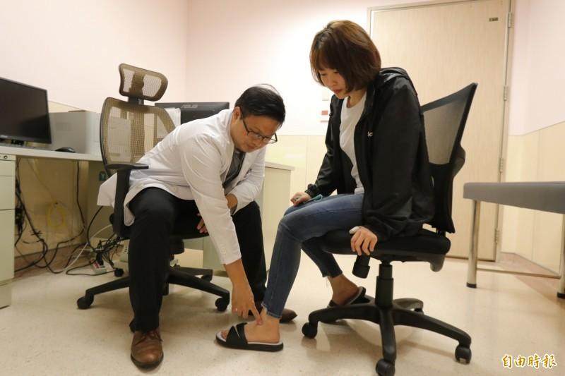 亞大醫院腹膜透析主任林軒任(左)替患者檢查腳踝浮腫情形,提醒腎臟病友吃西瓜要節制。圖為情境照,圖中人物與本文無關。(資料照)