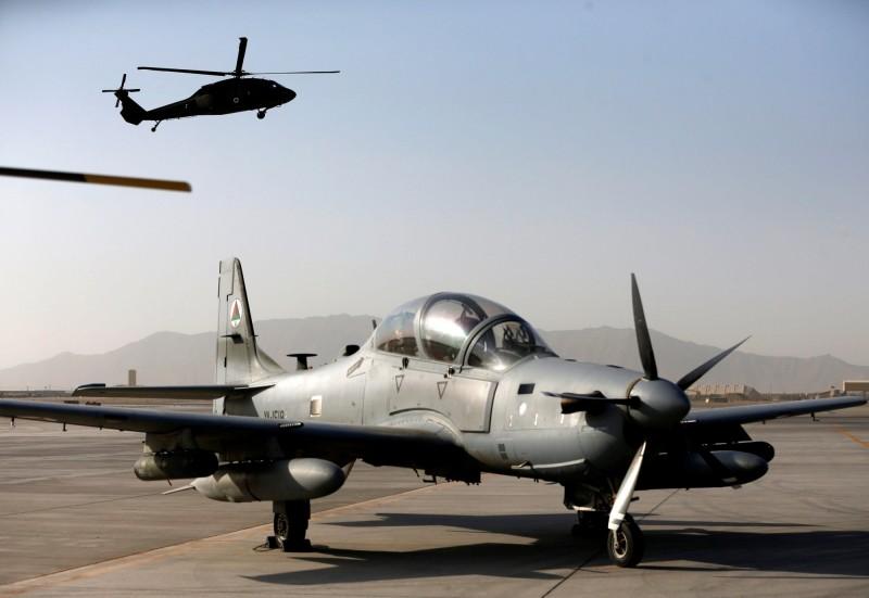 阿富汗空軍一架A-29超級大嘴鳥輕型攻擊飛機墜毀,機上的美國空軍飛行員在墜機前順利彈射逃生。阿富汗空軍A-29示意圖,後方上空為美國黑鷹直升機。(路透)