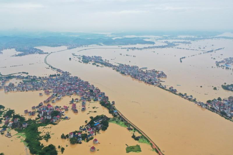 中國江西省鄱陽縣2天內已經2度出現大規模潰堤災情。(中央社)